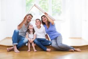 Junge Familie in Haus