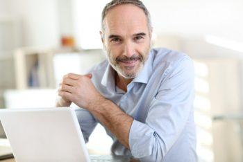Mann am Laptop auf Kreditsuche