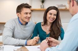 Paar beim Finanzierungsberater